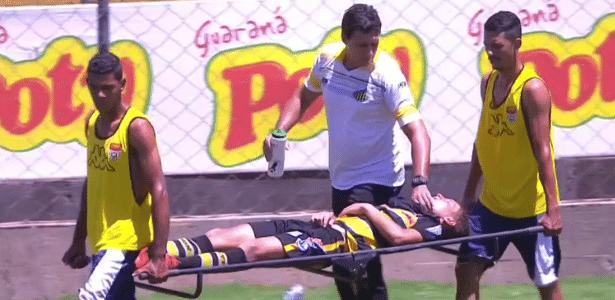 Zagueiro Rique, do Grêmo Novorizontino, precisou sair de ambulância do estádio