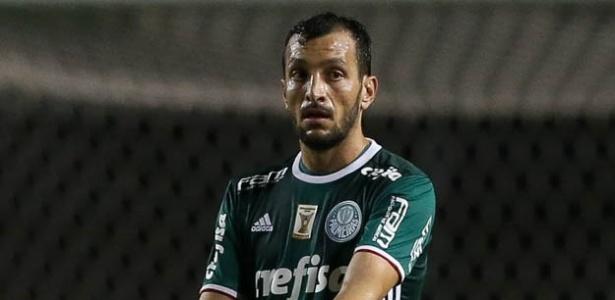 Dracena foi um dos jogadores utilizados e linha de três defensores do Palmeiras