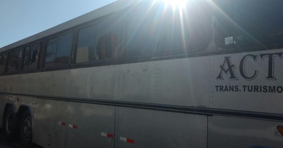 Ônibus da torcida do Corinthians que teve vidraças quebradas em briga de torcida em Curitiba