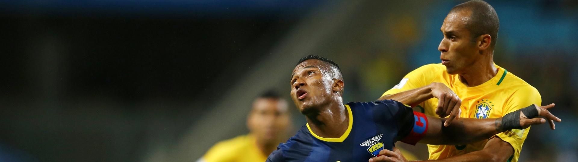 Miranda disputa bola com o equatoriano Antonio Valencia