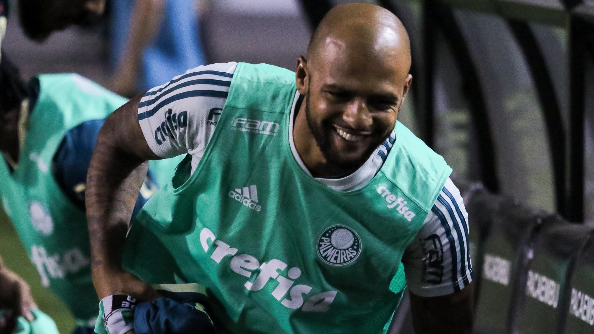 Felipe Melo volta a ser relacionado e sorri no banco do Palmeiras
