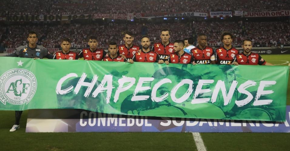 Time do Flamengo homenageia a Chapecoense antes de jogo contra o Junior