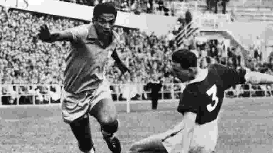Garrincha dribla Mel Hopkins, de País de Gales, em jogo pela Copa do Mundo de 1958 - AFP PHOTO/INTERCONTINENTALE