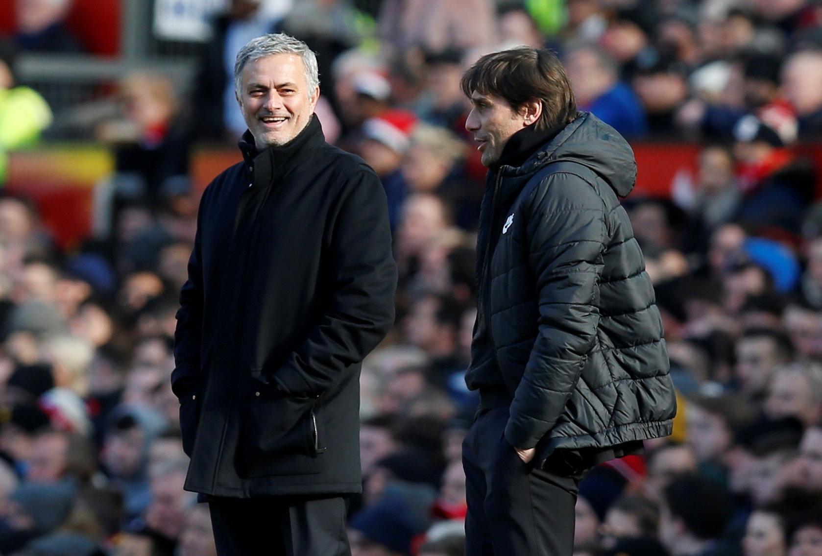 José Mourinho e Antonio Conte brincam durante Manchester United x Chelsea