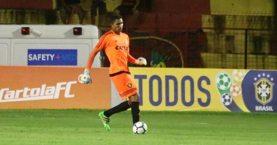 Mailson saiu do gol do Sport com a bola nos pés em jogo contra o Botafogo