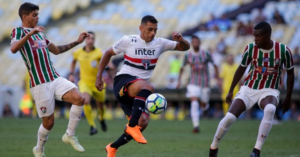 Diego Souza domina a bola diante de jogadores do Fluminense