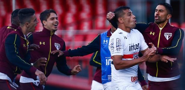 Deigo Souza comemora gol do São Paulo sobre o Santos