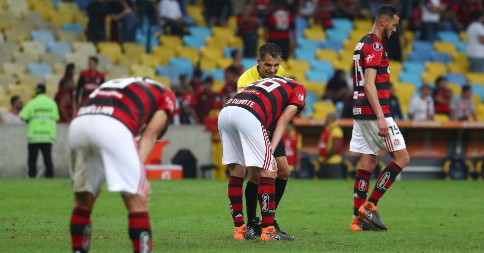 Jogadores do Flamengo lamentam gol sofrido diante do Cruzeiro, em duelo pela Libertadores