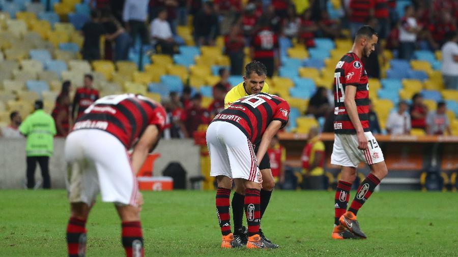 Jogadores do Flamengo cabisbaixos. A cena se tornou comum na Copa Libertadores - REUTERS/Pilar Olivares