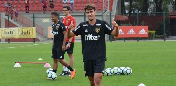 Igor Gomes, do São Paulo, acena durante treinamento no CT da Barra Funda