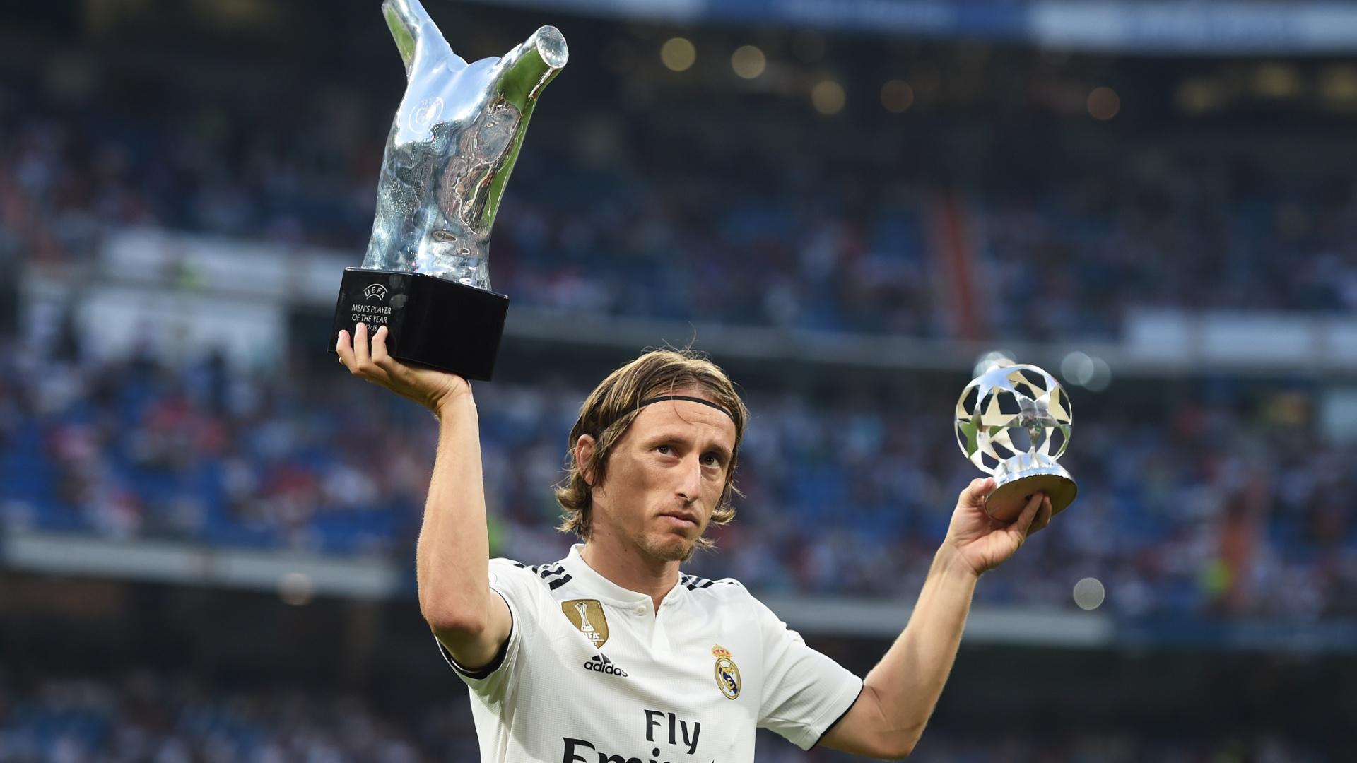 Luka Modric mostra seus prêmios individuais e é saudado pelo Santiago Bernabéu