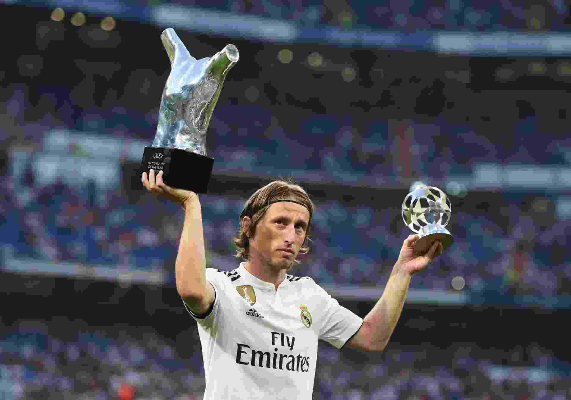 Luka Modric mostra seus prêmios individuais e é saudado pelo Santiago Bernabéu - Denis Doyle/Getty Images