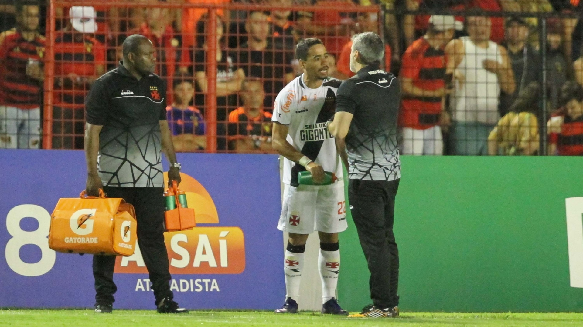 Pikachu reclama com médico do Vasco durante jogo contra o Sport