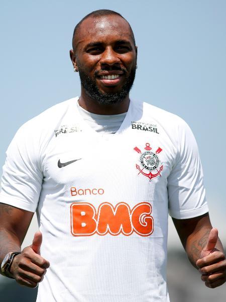 Manoel posa para foto com a camisa do Corinthians, que já exibe patrocínio do BMG - MARCO GALVãO/FOTOARENA/ESTADÃO CONTEÚDO