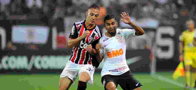Sornoza e Anthony disputam bola em clássico entre Corinthians e São Paulo - Alan Morici/AGIF