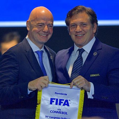 Gianni Infantino, presidente da Fifa, e Alejandro Dominguez, da Conmebol - CARL DE SOUZA / AFP