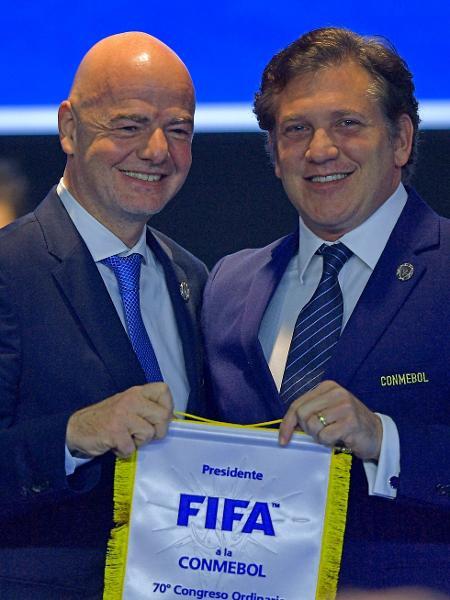 Gianni Infantino e Alejandro Dominguez, chefes da Fifa e da Conmebol - CARL DE SOUZA / AFP