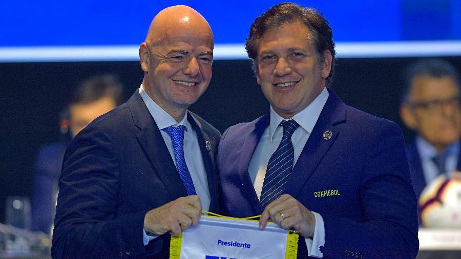 Gianni Infantino, presidente da Fifa, e Alejandro Dominguez, da Conmebol, tentam achar solução para jogos das Eliminatórias - CARL DE SOUZA / AFP