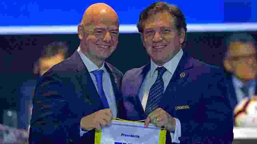 Gianni Infantino, presidente da Fifa, e Alejandro Dominguez, chefe da Conmebol. Cartolas negociam após surto do Covid-19 - CARL DE SOUZA / AFP