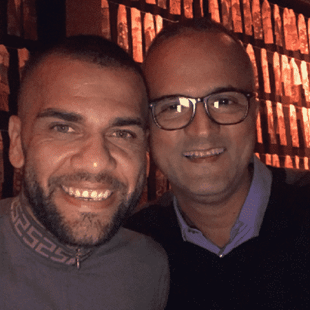 Daniel Alves e o vice de futebol do Inter, Roberto Melo, durante encontro casual - Reprodução/Twitter