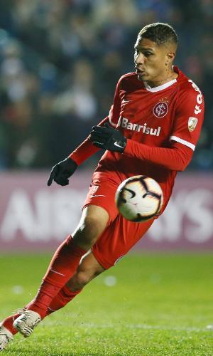 Paolo Guerrero, durante partida entre Internacional e Nacional