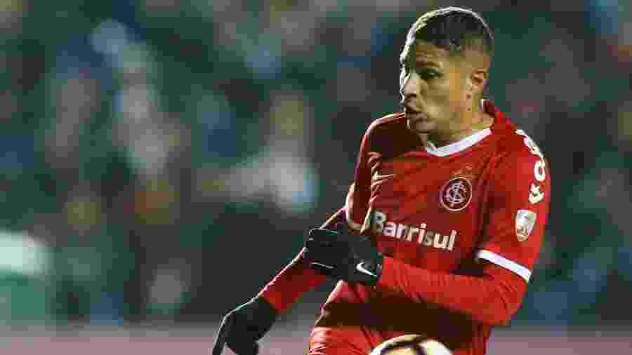 Paolo Guerrero, durante partida entre Internacional e Nacional - REUTERS/Andres Stapff
