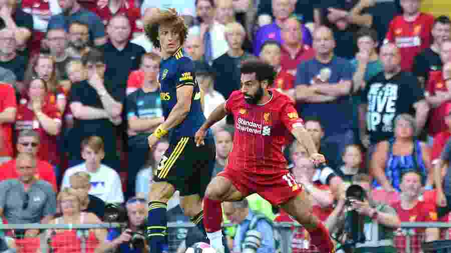David Luiz olha para Mohamed Salah, durante a partida entre Liverpool e Arsenal no primeiro turno - Anthony Devlin/PA Images via Getty Images