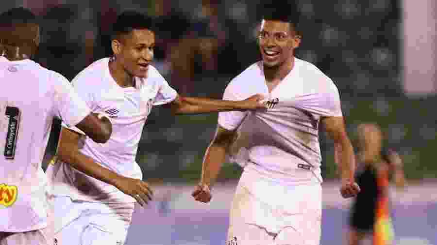 Alex é puxado pela camisa ao comemorar gol pelo sub-20 do Santos - Pedro Ernesto Guerra Azevedo/Santos FC