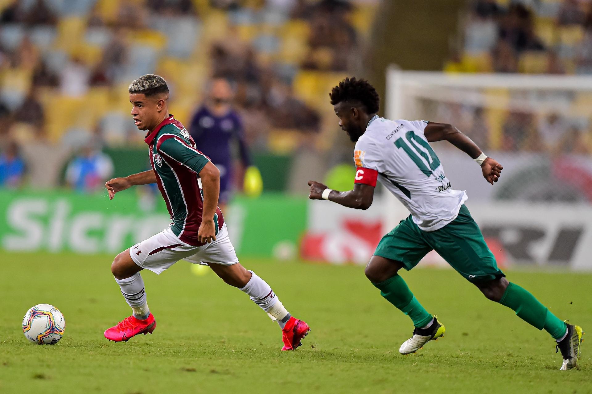 Miguel, do Fluminense, disputa lance com Erick Flores