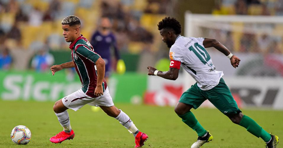 Miguel, do Fluminense, disputa lance com Erick Flores