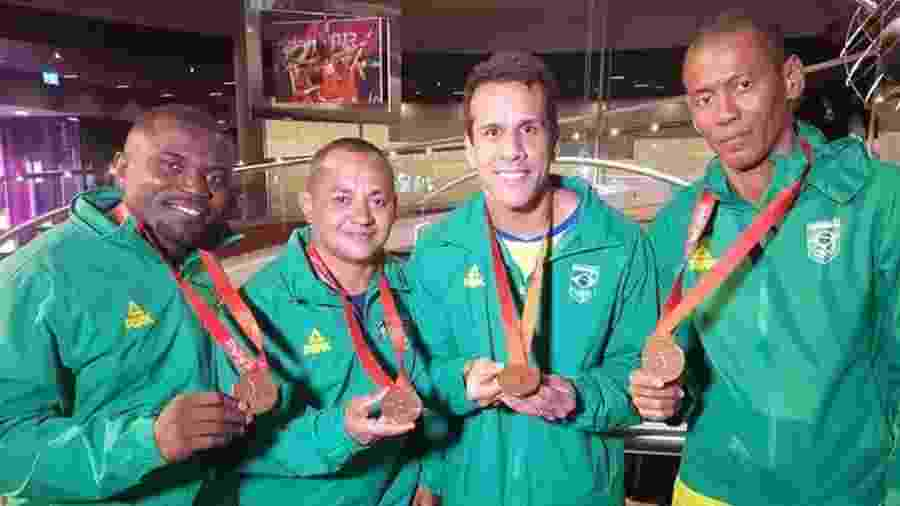 Equipe medalhista de bronze no revezamento 4x100m em Pequim, com Codó (esq) e Bruno Lins (segurando a medalha com as duas mãos, ao centro) - Reprodução/Twitter