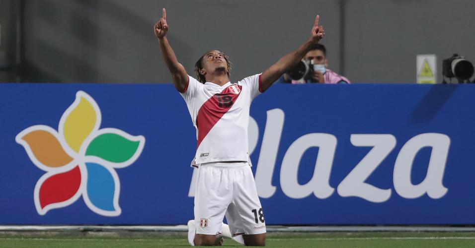 Carrillo comemora gol do Peru contra o Brasil