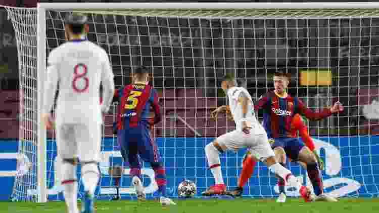 Mbappé se livrou de Lenglet e finalizou de perna esquerda para marcar pelo PSG diante do Barcelona - Albert Gea/Reuters - Albert Gea/Reuters