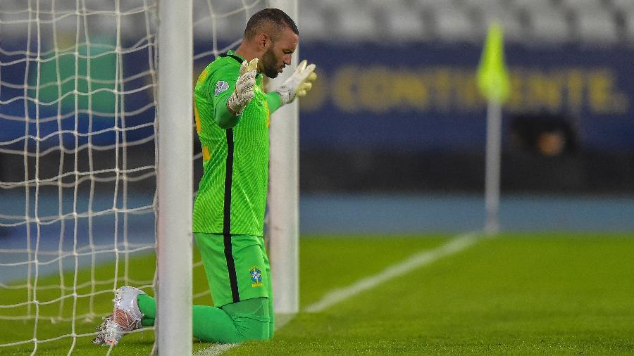 Weverton faz uma oração antes da bola rolar entre Brasil e Colômbia na Copa América - Thiago Ribeiro/AGIF