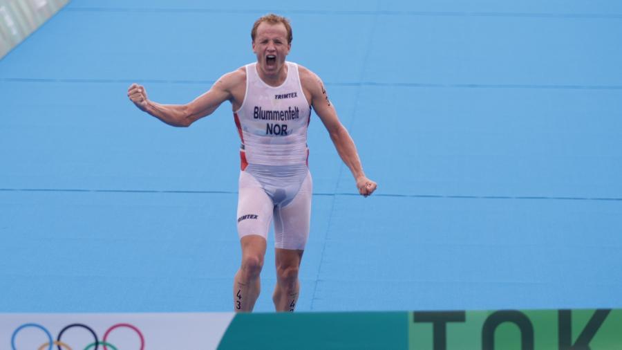 Kristian Blummenfelt, da Noruega, comemora a medalha de ouro no triatlon - HANNAH MCKAY/REUTERS