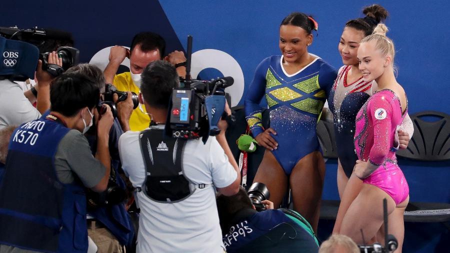 Sunisa Lee, ao lado de Rebeca, faturou o ouro para os Estados Unidos na ginástica artística - Jean Catuffe/Getty Images