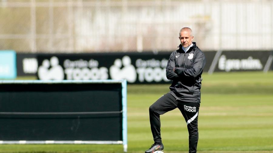 Sylvinho acompanha o treinamento do Corinthians com atenção no CT Joaquim Grava  - Rodrigo Coca/ Ag. Corinthians