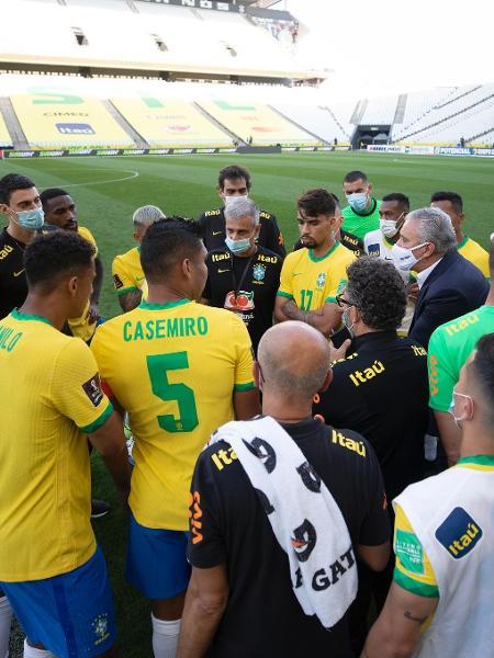 Seleção após a suspensão do jogo - Lucas Figueiredo/CBF