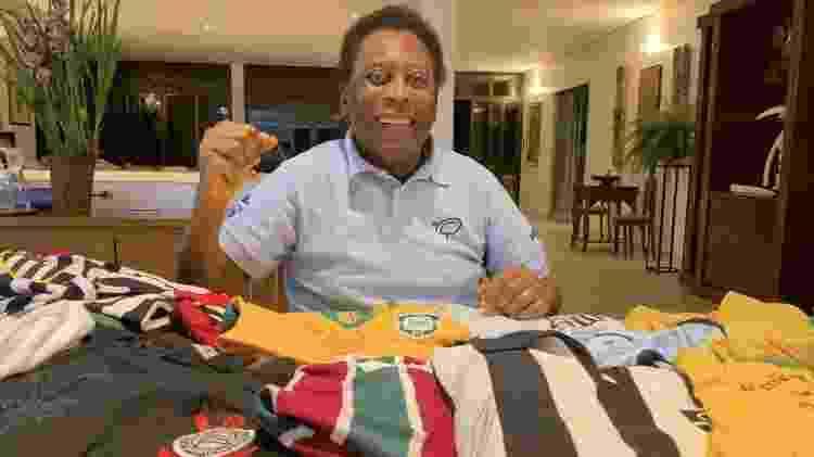 Pelé posa para foto à frente de coleção de camisas de futebol - Reprodução/Instagram - Reprodução/Instagram