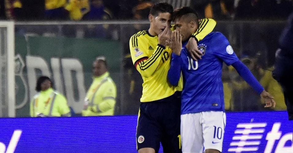 James Rodrigues conversa com Neymar durante a vitória da Colômbia sobre o Brasil
