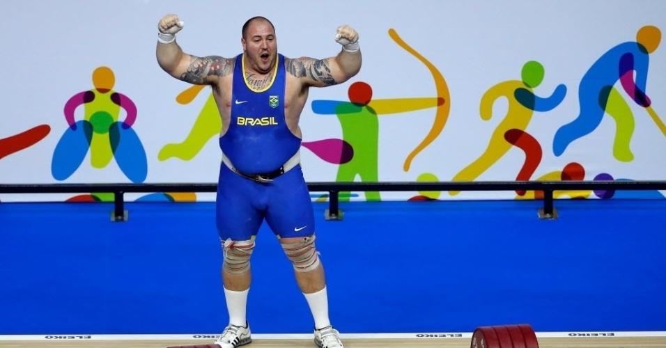 Fernando Reis comemora lugar mais alto do pódio no levantamento de peso