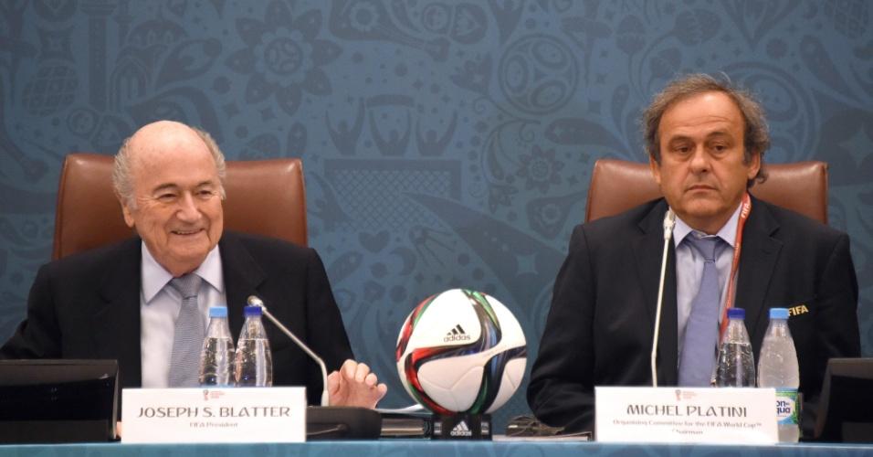 Joseph Blatter (e), presidente da Fifa, ao lado de Michel Platini (d), presidente da UEFA em evento de sorteio das Eliminatórias da Copa do Mundo de 2018