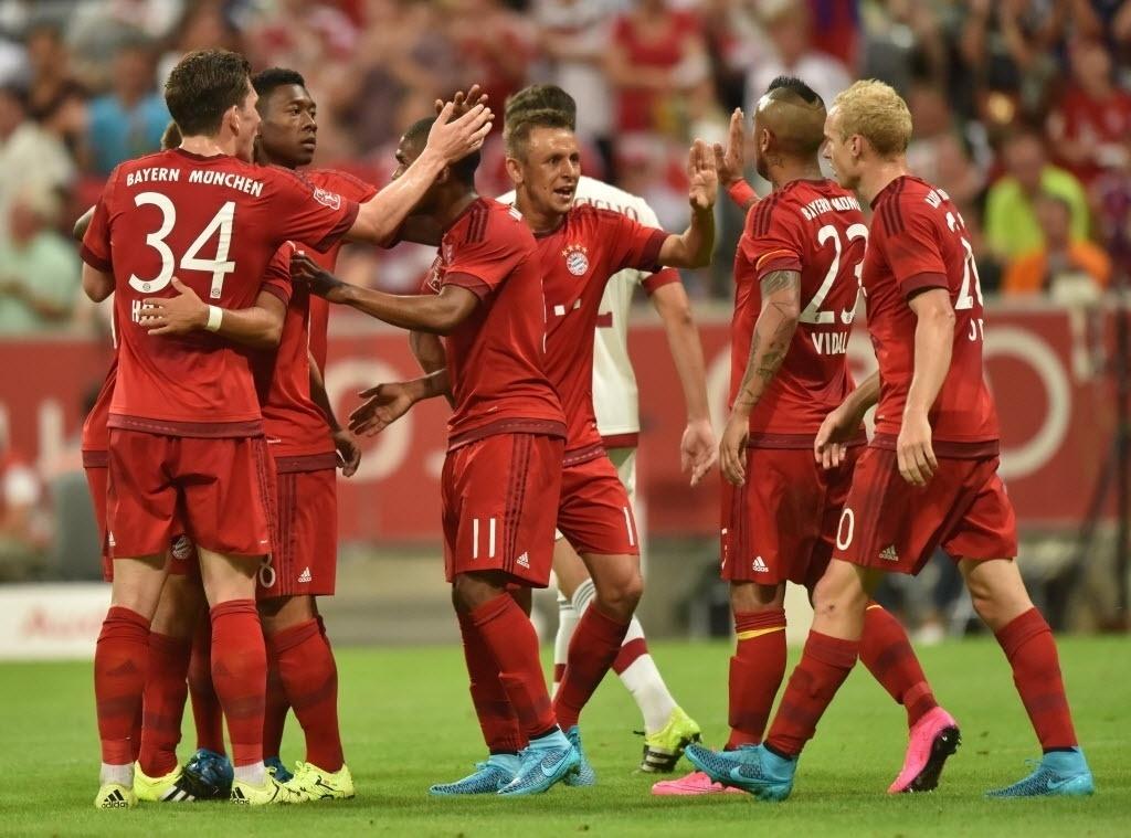 Jogadores do Bayern se cumprimentam depois do gol contra o Milan