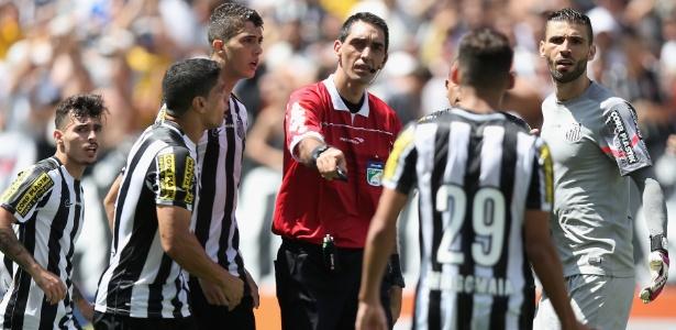 Em cartilha, árbitros são orientados a não xingar jogadores e técnicos - Friedemann Vogel/Getty Images