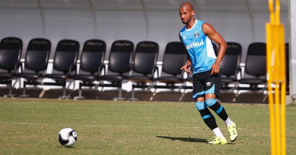 Zagueiro Kadu, contratado em janeiro, durante treino do Grêmio