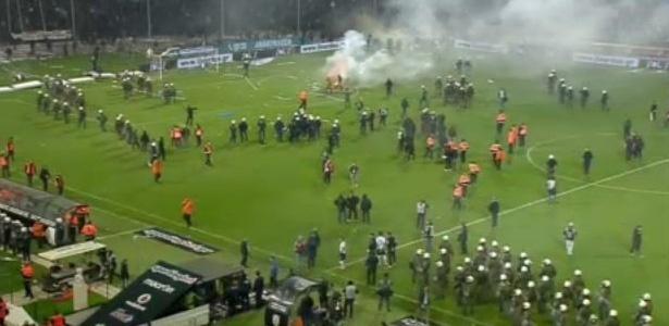 Confusão no jogo entre PAOK e Olympiacos é um dos motivos da medida - Reprodução/Twitter