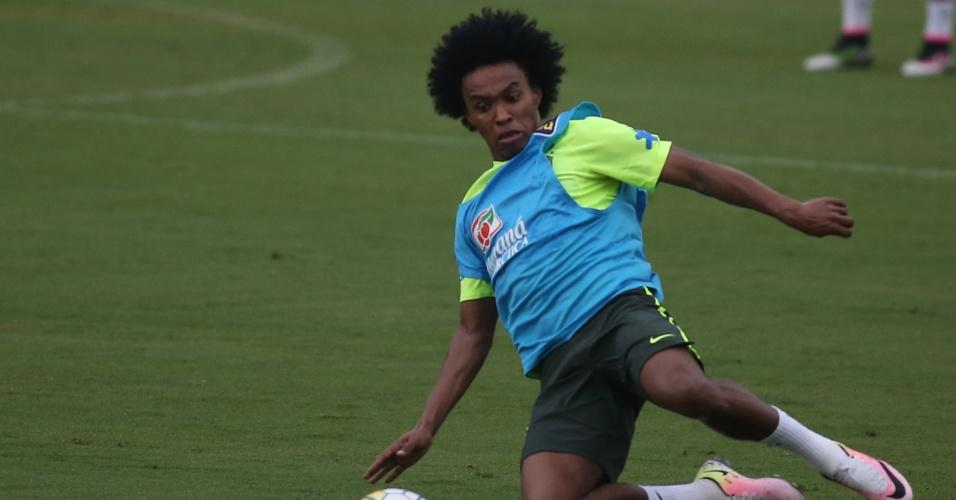 Willian dá carrinho durante treino da seleção brasileira