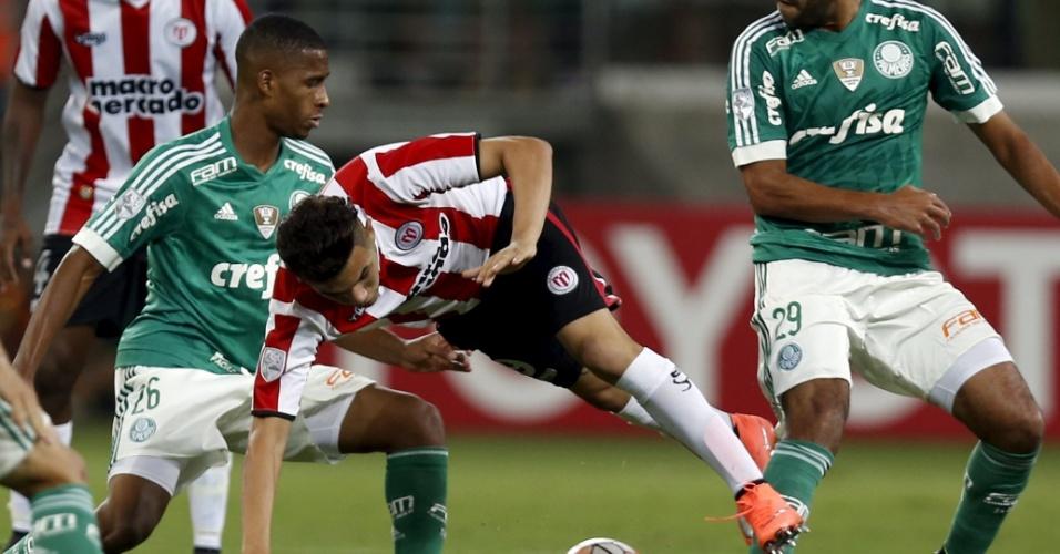 Jogadores do Palmeiras cercam Nicolas Schiappacasse na partida contra o River-URU, na Libertadores