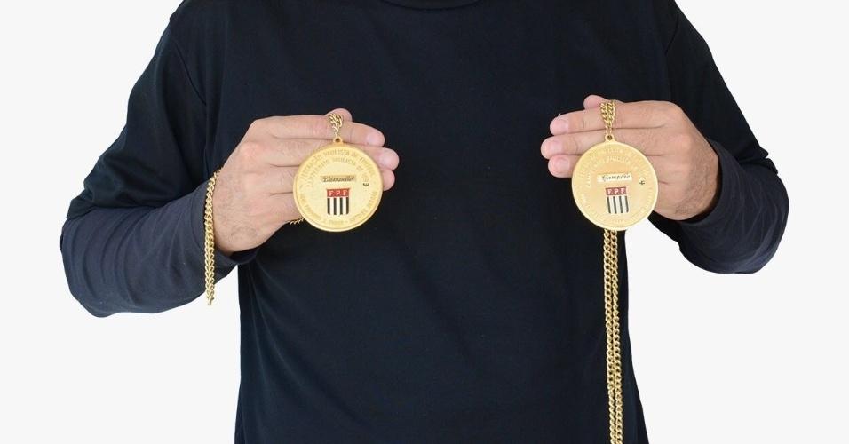 Alexandre Rosa exibe medalhas de campeão paulista postas em leilão