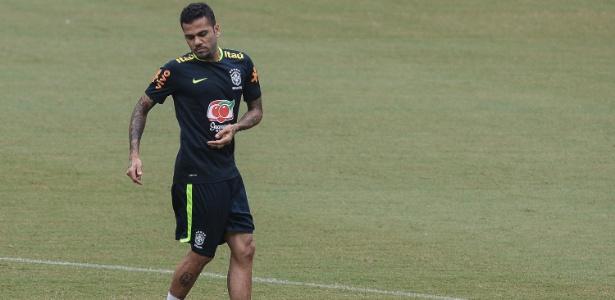 Daniel Alves em treino da seleção brasileira em Manaus